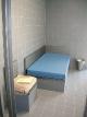 Organizátoři nám nabídli i luxus a pohostinnost policejní cely.
