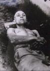 Tělo Josefa Hromady s viditelným zraněním na prsou a pravém spánku