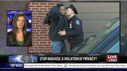 Policista líbající občana - běžný obrázek z newyorských ulic