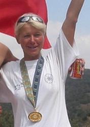 Renáta Burešová oslavuje zlatou medaili na Světových hrách policistů a hasičů v Barceloně