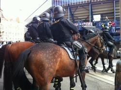 Jízdní policie před letenským stadionem