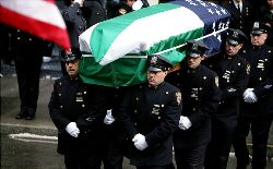 Pohřeb 28letého policisty Nicholase Pekeara z New Yorku, zastřeleného v březnu 2007