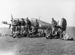 Britský Hawker Hurricane s obsluhou