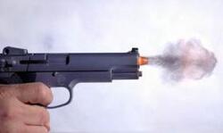Kulka měla projít spánkem a vylétnout pod okem postřeleného