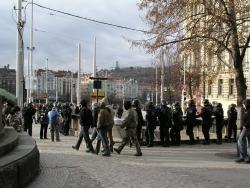 Radikálové přicházejí na náměstí pod dohledem policie