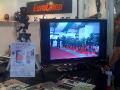 Kamera s vysokým rozlišením, integrovaná do svítilny, snímala okolí a návštěvníky veletrhu.