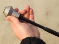 Montáž nového příslušenství na teleskopický obušek je triviální. Vložený plastový klín se nejdříve vytlačí ze středového otvoru a kuželovitá hlavice se pak navlékne na kovový díl obušku (směr užším koncem k rukojeti). Pak se plastový klín rozevře a nasadí na rozšířené čelo obušku. Nakonec se celá kovová hlavice zatáhne směrem vpřed a pevně zafixuje.  K sejmutí se potom využije obdobný systém, jako při běžném skládání obušku – tzn. úderem o tvrdou podložku na předek hlavice se celý komplet uvolní a hlavice pak rozloží opačným způsobem. Více informací na www.obrana.cz