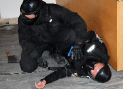 Speciální výcviky pro MP v Plzni – když není co jiného, nastupuje ta nejhrubší improvizace. Zkrátka ber kde ber… Třeba kus kolem ležícího kabelu.