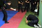 Hlavní instruktor ESP Pavel Černý předvádí na výcviku v Barceloně na kurzu španělských policistů taktickou aplikaci Tornáda. Neškodná tréninková inertní verze umožňuje realizaci četných modelových situací.