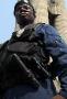 Příslušník Police Rapide Intervention, elitní konžské protiteroristické policejní jednotky s vybavením od ESP – a to nejen obuškem, ale i taktickou svítilnou Barracuda s novým výklopným pouzdrem.