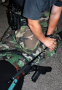 Členové slovenské policejní zásahové jednotky při alternativním použití prostředků, které bývají vždy po ruce.