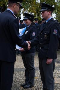 Noví policisté slavnostně završili studium na nádvoří Muzea Policie ČR
