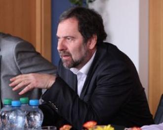 Ministr John: Propouštění místo škrtání platů
