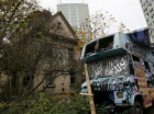 Nezabíjejte Miladu, volají squatteři zabarikádovaní na střeše vily