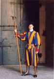 Příslušník švýcarské gardy s halapartnou